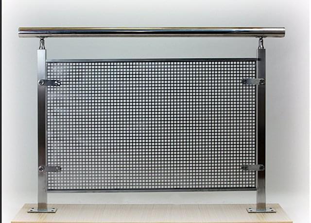 Garde corps en inox avec un remplissage vertical for Panneaux muraux inox